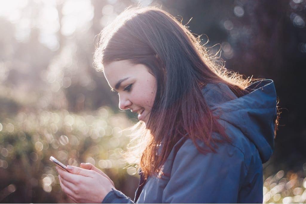 Adolescente utilizando el móvil