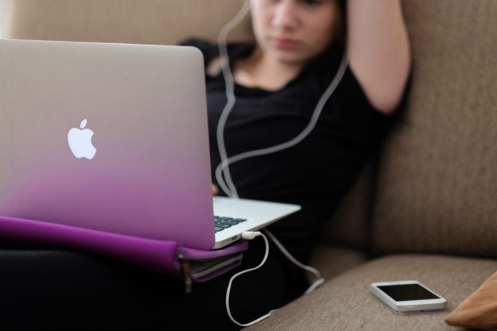 adolescente ordenador móvil